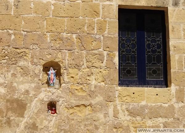 Малий статуя в стіні Вікторії (Гозо. Мальта)