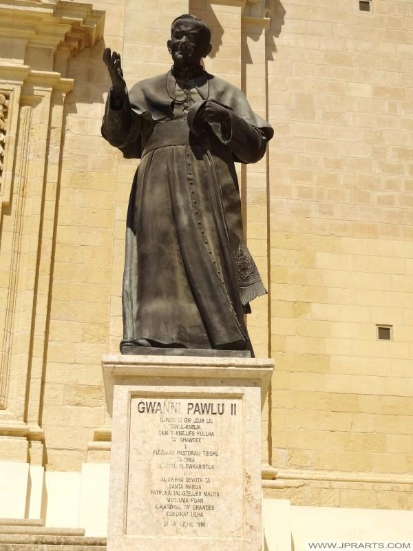 Pomnik Jana Pawła II przy wejściu do katedry Gozo (Victoria, Malta)