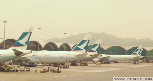 香港国際空港のキャセイパシフィック航空の飛行機