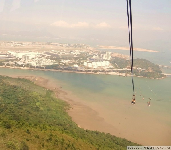 Ansicht von Hong Kong Airport von Ngong Ping 360 Seilbahn