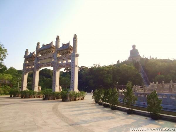 Arco de la puerta de piedra de montaña Pai Lau, Di Tan y el Gran Buda (Ngong Ping 360, Hong Kong)