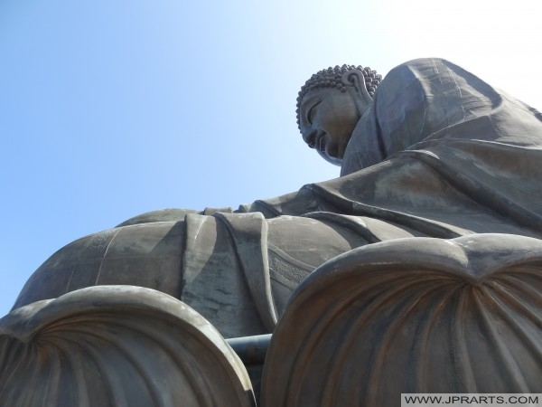 Buddha besar pada bunga teratai di Hong Kong