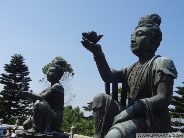 Bodhisattvas font des offrandes à la Big Buddha