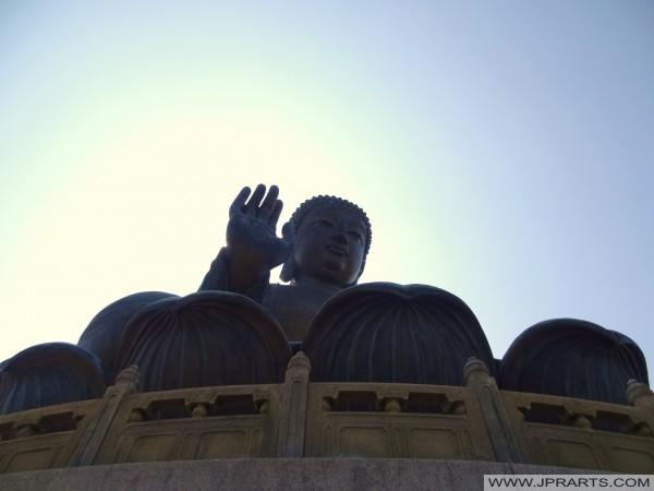 вид снизу Большого Будды в Гонконге