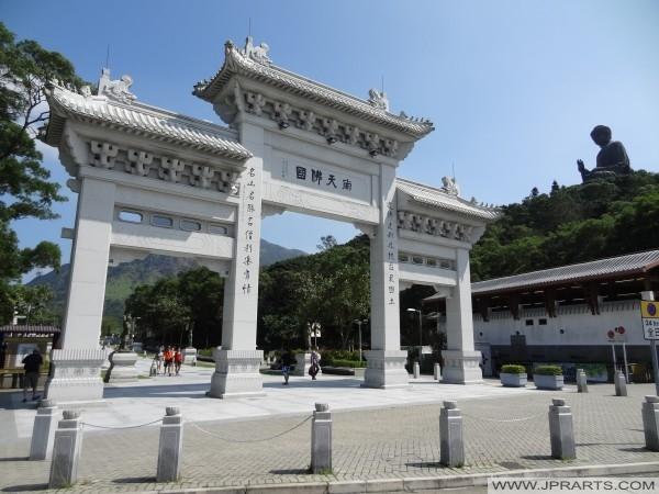 New Pai Lau Eingang zum Ngong Ping Piazza und Bodhi Path (Hong Kong)