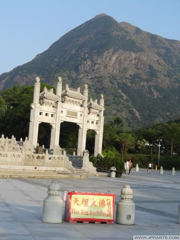 Открытое пространство в Нун Пин (Гонконг) перед монастырь По Лин и большой Будда, где религиозные обряды иногда проводятся