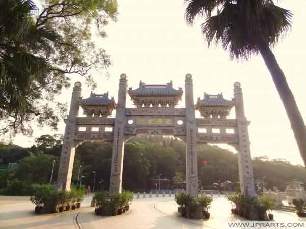 Asal Tiga-Arch batu gunung Gate Pai Lau di pintu masuk ke Biara di Ngong Ping Piazza, Hong Kong