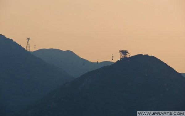 Kolejka linowa w Hongkongu o zachodzie słońca