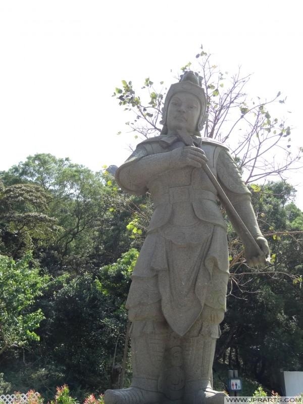 Le Andira général (安 底 羅) représente 3-5 PM et le singe du Zodiaque. Il est armé d'un maillet (Ngong Ping, Hong Kong)