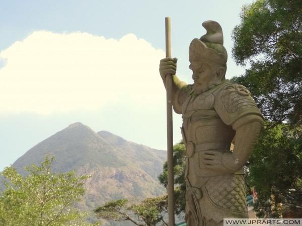 Der General Sandira (珊 底 羅) Stellt 11.00 -1 Uhr und das Pferd des Tierkreises. Er ist mit einer Muschelschale (Ngong Ping, Hongkong) bewaffnet