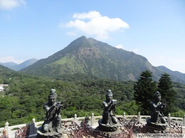 Penawaran Enam Dewa - Patung-patung buddha Memuji dan membuat persembahan kepada Tian Tan Buddha, Hong Kong