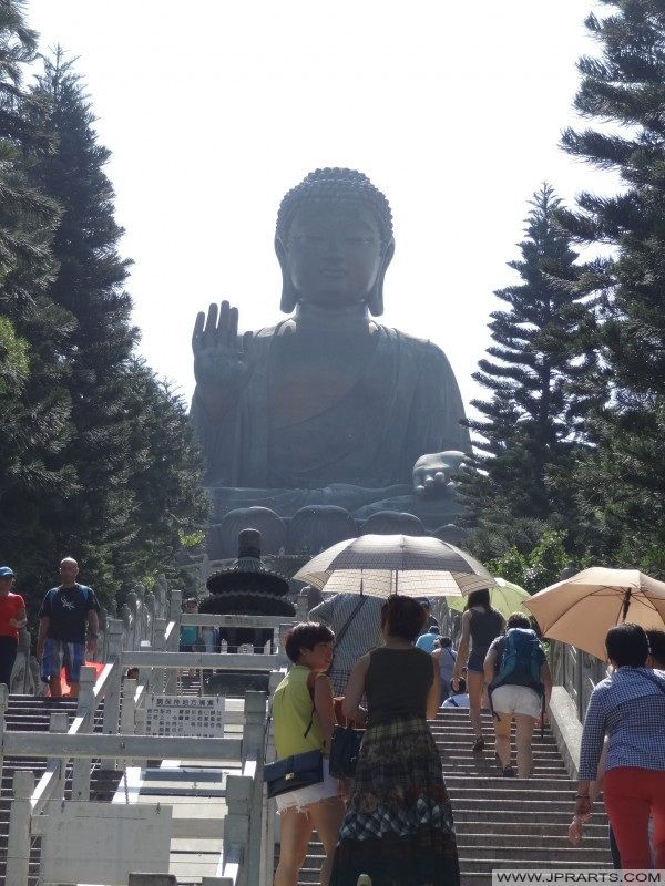 Visiteurs montent 268 marches pour atteindre le Bouddha Tian Tan à Hong Kong