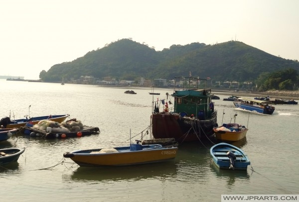 Bootsfahrt zwischen den Fischerbooten in Tai O, Hong Kong