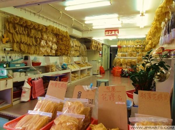 Peles de peixe seco para venda em Tai O, Hong Kong