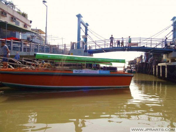 游览船经过大澳,港桥