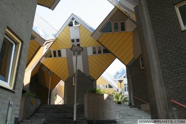 Häuser die in der Form eines gekippten Würfel auf einer Stange gebaut werden, und werden auch als Stelzenhaus oder Baumhaus bekannt (Rotterdam, Niederlande)