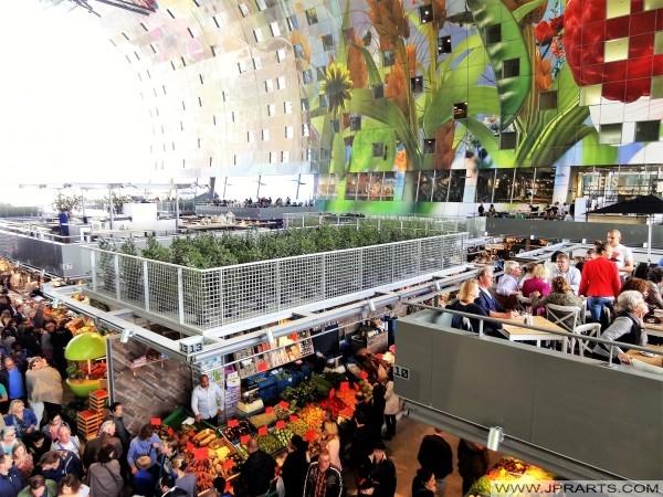 De drukte in de Rotterdamse Markthal, Nederland (Oktober 2014)