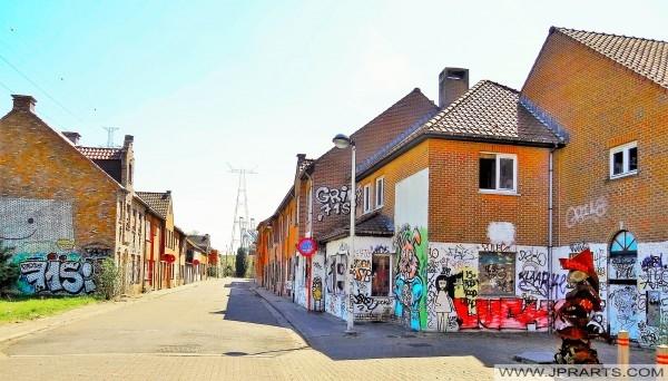 Doel, Belçika'daki birçok grafiti ile ıssız sokak