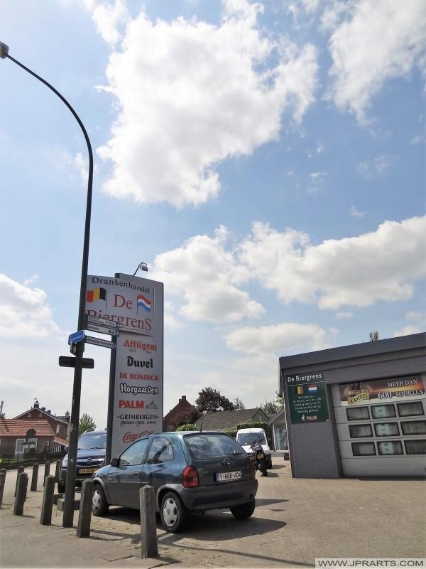 Sklep monopolowy 'De Bier Grens' w Baarle-Hertog (Belgia)