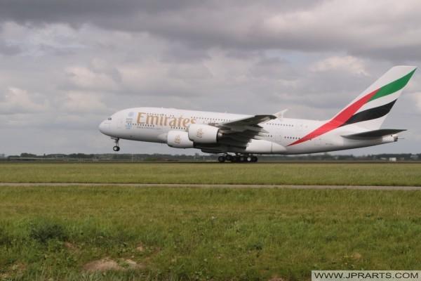 Emirates Airbus A380-861 stijgt op vanaf Schiphol, Nederland
