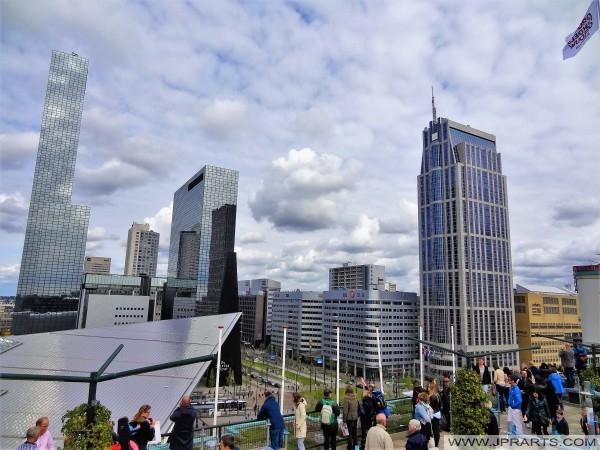 En el techo del edificio de la venta al por mayor (Groothandelsgebouw) en Rotterdam, Países Bajos