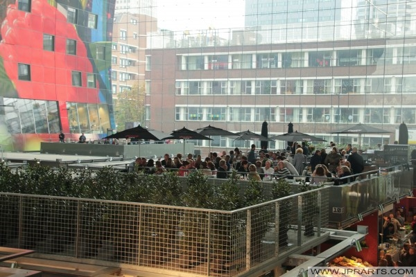 Disfrutando de un poco de comida y bebidas en el Mercado Cubierto de Rotterdam, Países Bajos