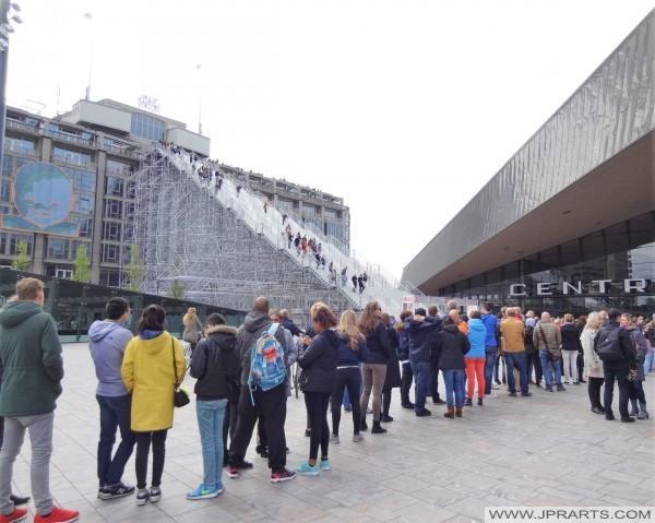 In de rij om het Groothandelsgebouw via de Wederopbouwtrap te beklimmen (Rotterdam, Nederland)