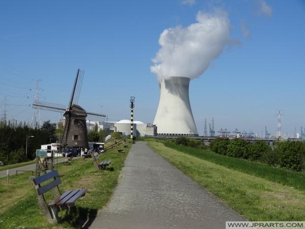 Kerncentrale en oude molen in Doel, Oost-Vlaanderen, Belgie