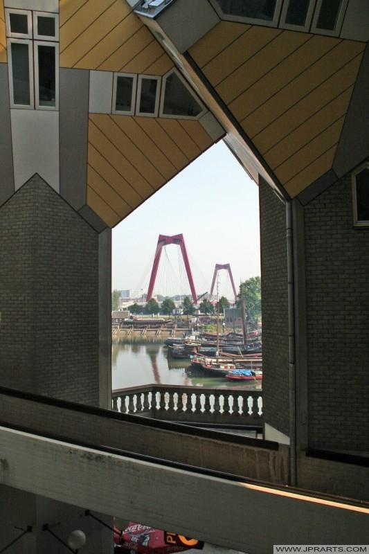 La vue sur le Vieux-Port (Oude Haven) et le Willemsbrug (pont) du Cube Maisons à Rotterdam, Pays-Bas