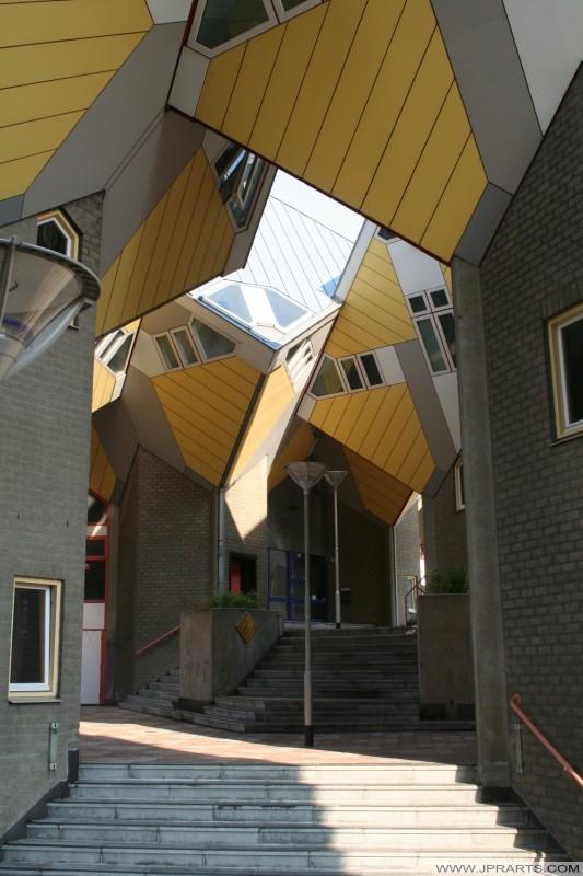 Case cubo a Rotterdam (Paesi Bassi) sono stati costruiti tra il 1982 e il 1984. L'intero complesso è noto come 'Het Blaakse Bos'