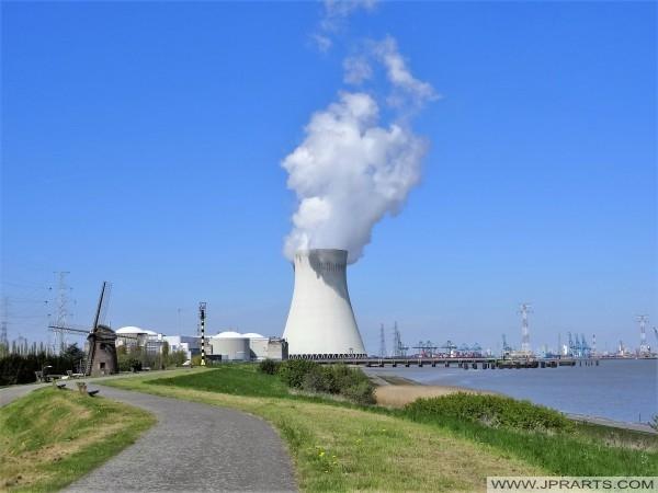 La rivière Escaut, Moulin et de la Centrale Nucléaire de Doel, en Belgique