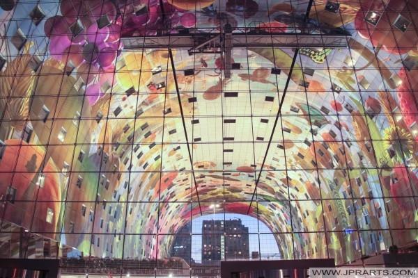 Vue de la nuit de l'œuvre Arno Coenen dans la salle de marché de Rotterdam, Pays-Bas