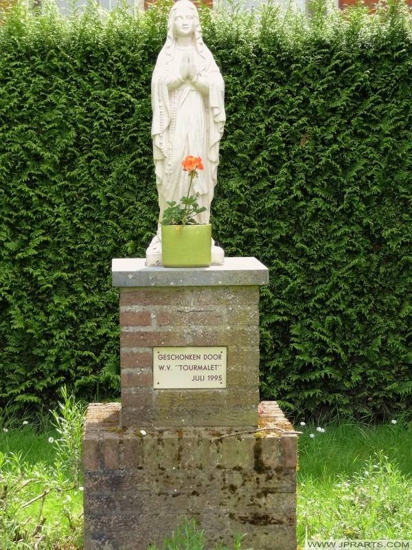 statue de pierre de Marie sur la brique socle à Baarle-Duc, Belgique