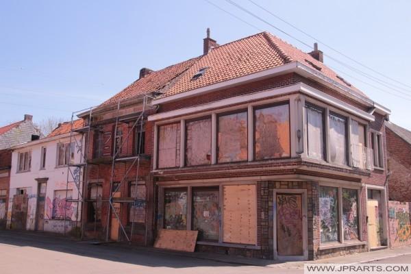 Opustený rohový dom v Doel v Belgicku