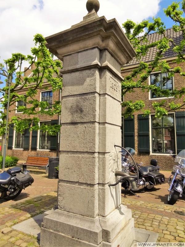 Pompe à eau de 1809 à Baarle (Belgique - Pays-Bas)