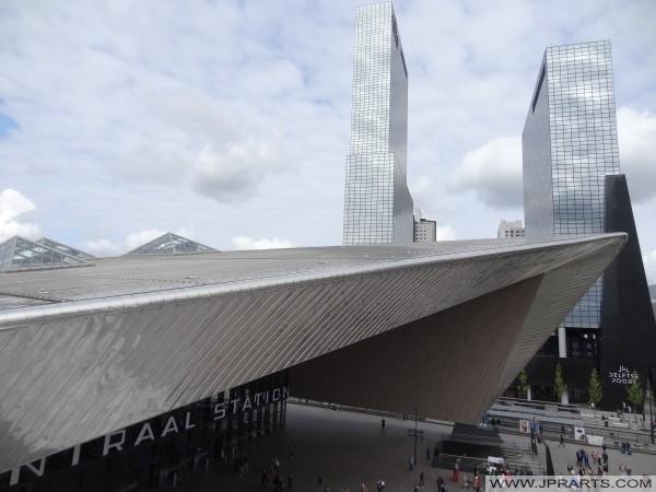 Zicht op het Centraal Station en de Delftse Poort vanaf de Wederopbouw Trap in Rotterdam, Nederland (2016)