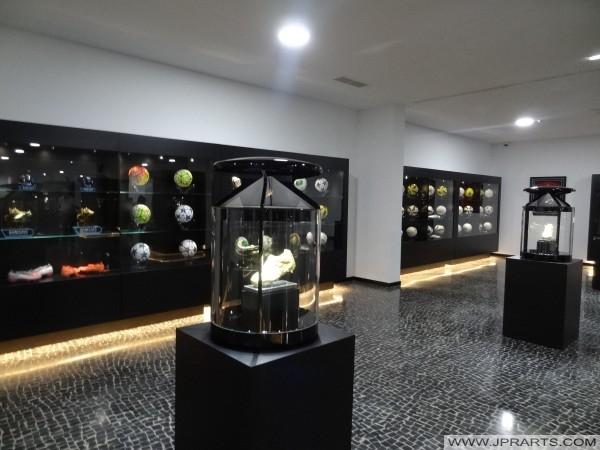 Zapatos de oro o la Bota de Oro de Cristiano Ronaldo en el Museo CR7 (Madeira, Portugal)
