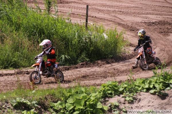 50CC niños disfrutando de motocross