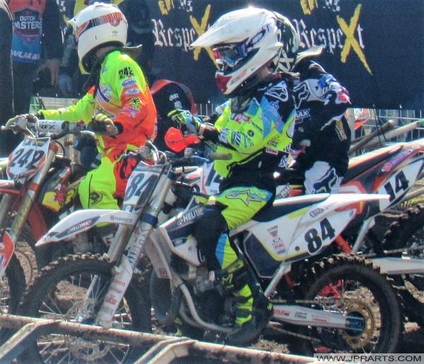 Motocrossers wachten om de race te beginnen
