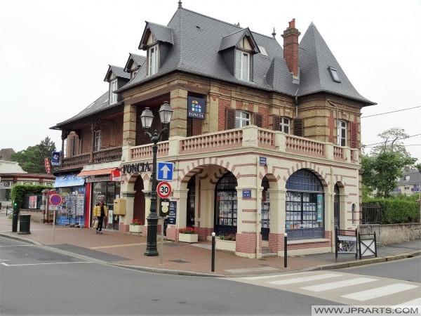 Агентство нерухомості Foncia в Кабур, Франція