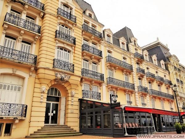Café MP de la Digue - l'établissement dans l'enceinte de l'ancien Grand Hôtel à Cabourg, France