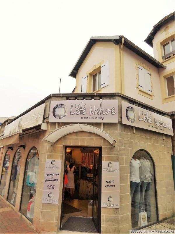 Bekleidungsgeschäft 'L'ÉTÉ NATURE' in Cabourg, Frankreich