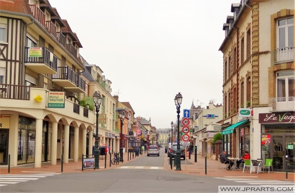 Winkelstraat in Cabourg, France