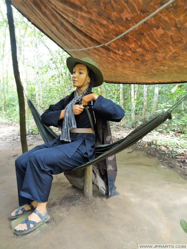экспонат Женский Вьетконга истребитель (Кучи тоннель, Бен Динь, Вьетнам)