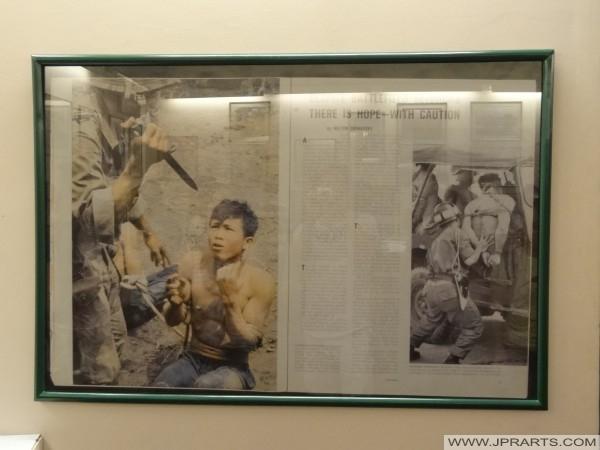 Schlachtfeld im Vietnamkrieg (Zeitung im War Remnants Museum in Ho-Chi-Minh-Stadt, Vietnam)