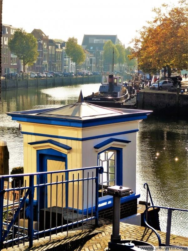 Petite maison à l'écluse Monstersche dans Maassluis, les Pays-Bas