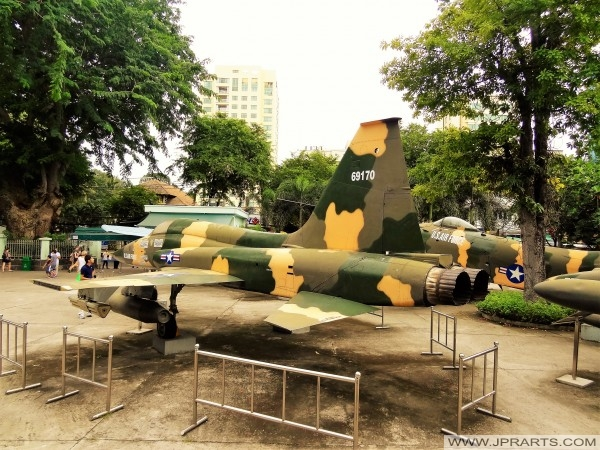 Американские военные самолеты за пределами Музей отзвуков войны в Хошимине, Вьетнам