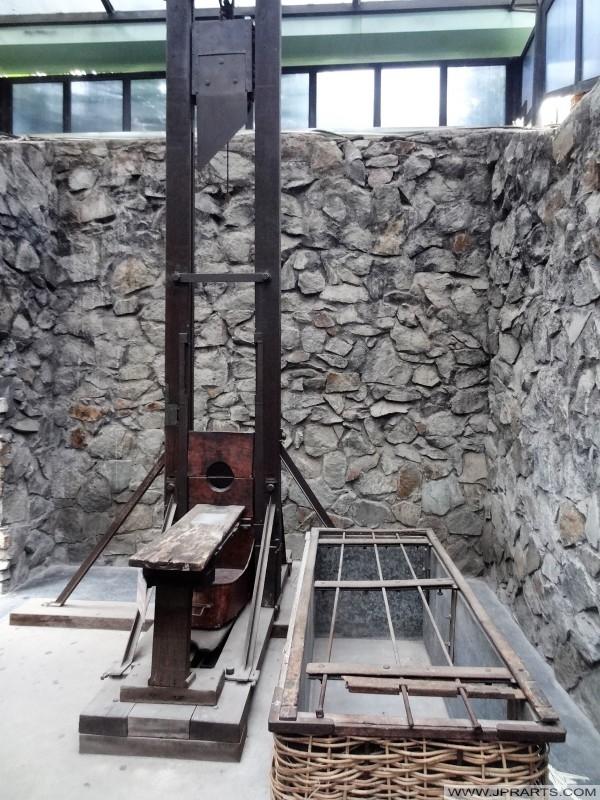 Guillotine als Teil einer Ausstellung mit den Gefängnisbedingungen für politische Gefangene während der französischen Kolonialzeit