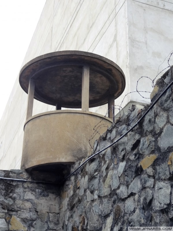 Wachtturm eines südvietnamesischen Gefängnisses (Kriegsreste Museum in Ho-Chi-Minh-Stadt, Vietnam)