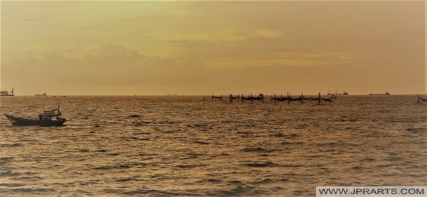 Memancing di luar pantai Vung Tau, Vietnam